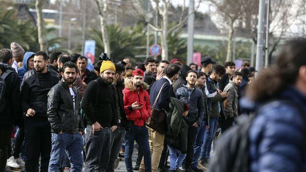 Düzensiz göçmenlerin Avrupa'ya geçmek amacıyla Edirne'ye gidişi sürüyor - Sputnik Türkiye