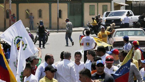 Venezüella'da kendini geçici devlet başkanı ilan eden muhalif milletvekili Juan Guaido'yu protesto eden grup ve yanlıları arasında arbede çıktı. - Sputnik Türkiye