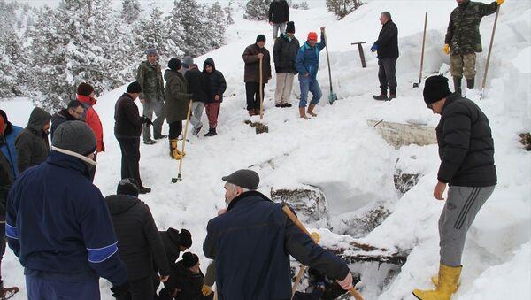 Konya'nın Derebucak ilçesinde vatandaşlar, 1700 rakımlı Kocadağ'ın zirvesindeki Cula Deliğine, yazın kullanmak üzere tonlarca kar doldurdu. - Sputnik Türkiye