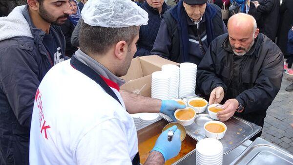 Yılda bir defa pişen çorbadan içmek için yüzler metre kuyruk oluşturdular - Sputnik Türkiye