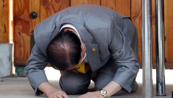 Güney Kore'de koronavirüs salgınının yayılmasından sorumlu tutulan Shincheonji Kilisesi adlı tarikatın lideri Lee Man-hee diz çökerek özür diledi. - Sputnik Türkiye
