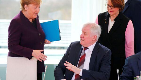 Almanya İçişleri Bakanı Horst Seehofer, koronavirüs salgını nedeniyle Başbakan Angela Merkel'in uzattığı eli sıkmadı. - Sputnik Türkiye