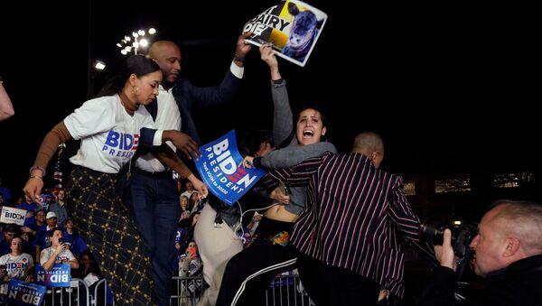 Joe Biden, Los Angeles kentinde sahnede konuşma yaptığı sırada hayvan hakları savunucuları tarafından protesto edildi. - Sputnik Türkiye
