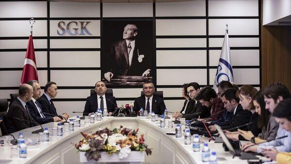 SGK ile Ziraat Bankası arasında emeklilere banka promosyonu verilmesi için protokol imzalandı. - Sputnik Türkiye