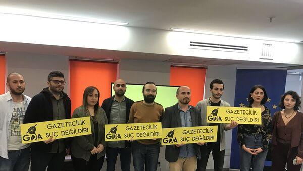 3 Mayıs Dünya Basın Özgürlüğü gününde kuruluşunu ilan eden Gazeteci Dayanışma Ağı (GDA), günlerde artan gazetecilere dönük gözaltı, tutuklama ve fiziki saldırılara ilişkin açıklama yaptı.  - Sputnik Türkiye