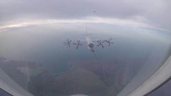 Tu-142 ve Su-30SM uçaklarının Kırım semalarında yakıt ikmali - Sputnik Türkiye