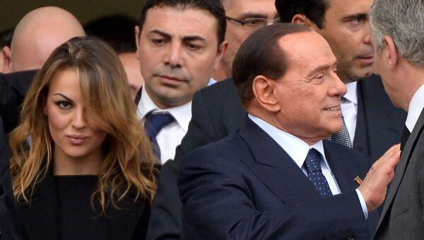 İtalya'nın eski başbakanıSilvio Berlusconi,12 yıldır birlikte olduğu sevgilisi Francesca Pascale'dan ayrıldı. - Sputnik Türkiye