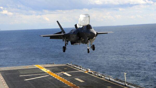 F-35B Lightning II, USS Wasp uçak gemisi üzerindeki piste ilk kez dikey iniş gerçekleştiriyor. - Sputnik Türkiye