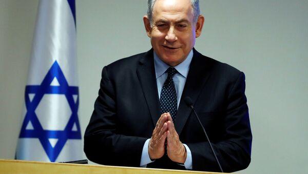 İsrael Başbakanı Benyamin Netanyahu, Sağlık Bakanlığı'nda düzenlediği basın toplantısında Namaste selamı verirken - Sputnik Türkiye