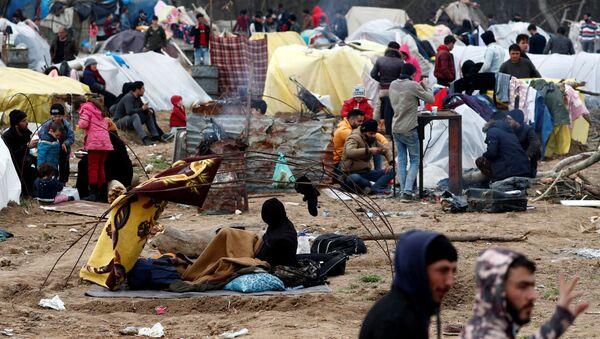 Edirne'deki Pazarkule Sınır Kapısı'nda Yunanistan'a geçmek için uğraşan göçmenlerin kampı - Sputnik Türkiye