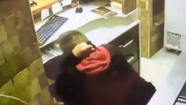 Antalya'da bir iş yerine girerek yazar kasadan 350 lira alan hırsız yakalandı - Sputnik Türkiye
