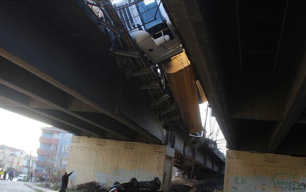 TEM'de 5 aracın karıştığı kazada otomobil viyadükten uçtu: 7 yaralı - Sputnik Türkiye