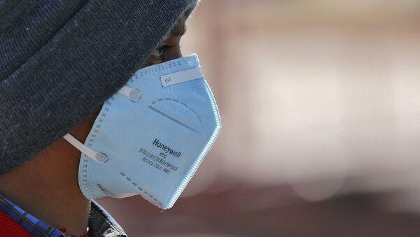 Koruyucu maskeler koronavirüs salgınının simgesi haline geldi.  - Sputnik Türkiye