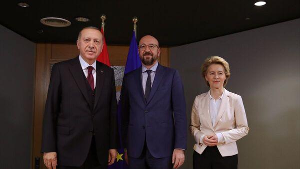 Cumhurbaşkanı Recep Tayyip Erdoğan (solda), Brüksel'de Avrupa Birliği Konseyi Başkanı Charles Michel (sağda) ve AB Komisyonu Başkanı Ursula von der Leyen  - Sputnik Türkiye