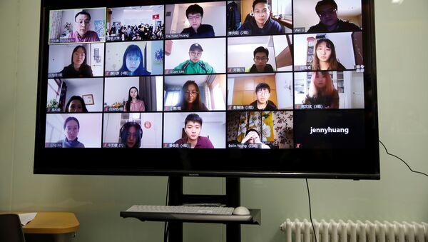 Çin'in başkenti Pekin'deki Tsinghua Üniversitesi'nde online ders yapan bir profesör ve öğrencilerin ekrandaki görüntüsü  - Sputnik Türkiye