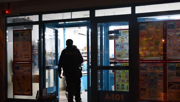 İzmir'in Bornova ilçesinde bulunan bir marketler zincirinde 16 yaşındaki genç tarafından silahlı soygun gerçekleştirildi - Sputnik Türkiye