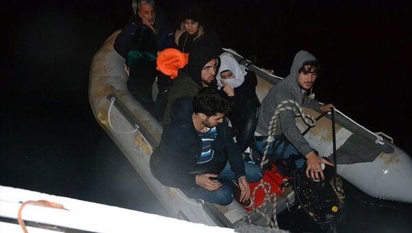 Dikili ilçesi açıklarında motoru arızalanan botta yardım isteyen 9 sığınmacı kurtarıldı - Sputnik Türkiye