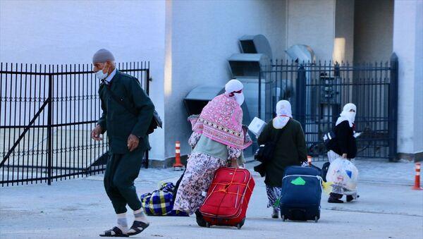 Umre yapmak amacıyla Suudi Arabistan'da bulunan vatandaşların Türkiye'ye dönmelerinin ardından 14 günlük karantina süresini geçirmeleri için Kredi ve Yurtlar Kurumu Genel Müdürlüğü'ne bağlı yurtlara yerleştiriliyor. - Sputnik Türkiye