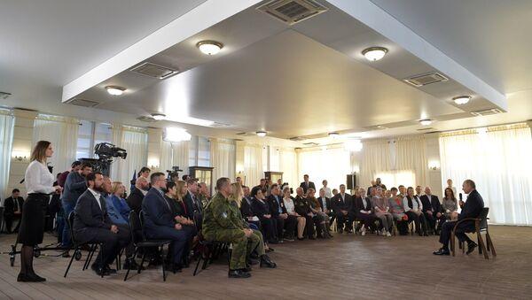 Rusya Devlet Başkanı Vladimir Putin, Kırım'ın Sivastapol kentinde toplumun önde gelenleriyle buluşmasında - Sputnik Türkiye