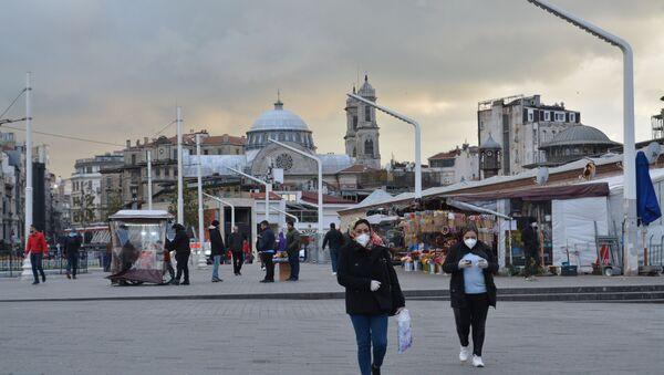 Türkiye'de koronavirüs vakalarının görülmesiyle birlikte, İstanbul meydanlarında yoğunluk azaldı. - Sputnik Türkiye