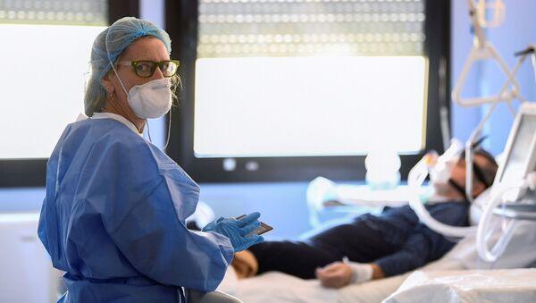 İtalya'daki bir hastanede tedavi gören koronavirüs hastası ve doktor  - Sputnik Türkiye