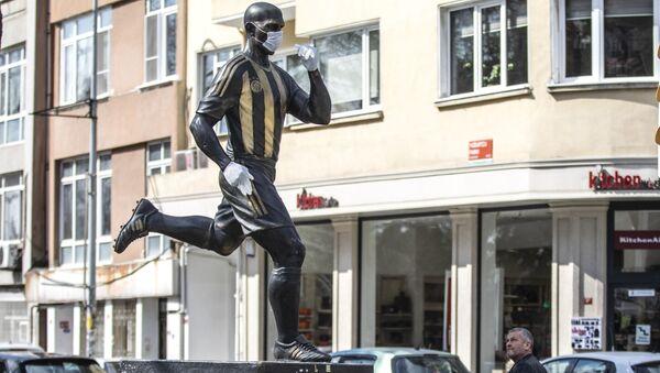 Alex'in heykeline maske taktılar - Sputnik Türkiye