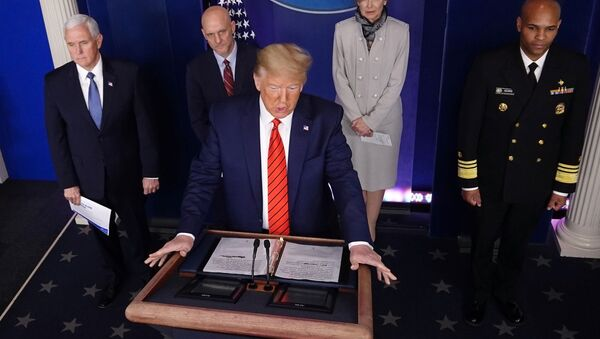 ABD Başkanı Donald Trump ile yönetiminin koronavirüs görev gücü, salgınla ilgili Beyaz Saray'da günlük basın toplantısında (19 Mart 2020) - Sputnik Türkiye