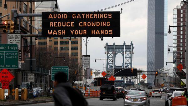ABD'nin New York şehrinde koronavirüs tedbirlerine ilişkin bir uyarı levhası - Sputnik Türkiye