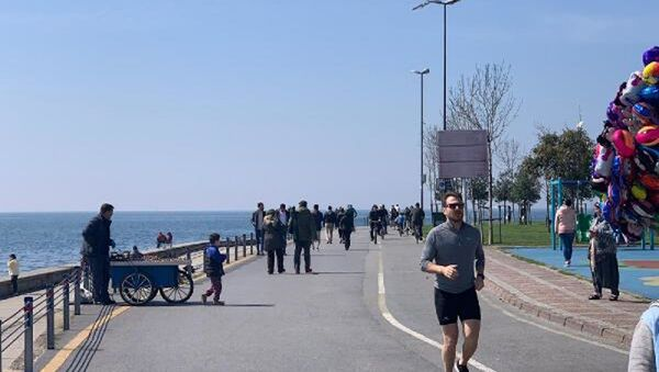 Evlerinden çıkan İstanbullular Caddebostan sahiline koştu - Sputnik Türkiye