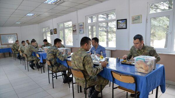 Milli Savunma Bakanlığı (MSB), koronavirüsle mücadele çerçevesinde kışla yemekhanelerinde düzenli dezenfekte işlemlerinin yapıldığını ve askerlerin aralıklı düzende oturtulduğunu açıkladı. - Sputnik Türkiye