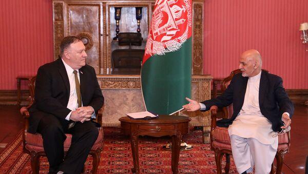Afganistan Devlet Başkanı Eşraf Gani ile ABD Dışişleri Bakanı Mike Pompeo, koornavirüse rağmen Kabil'de yüzyüze görüştü.  - Sputnik Türkiye