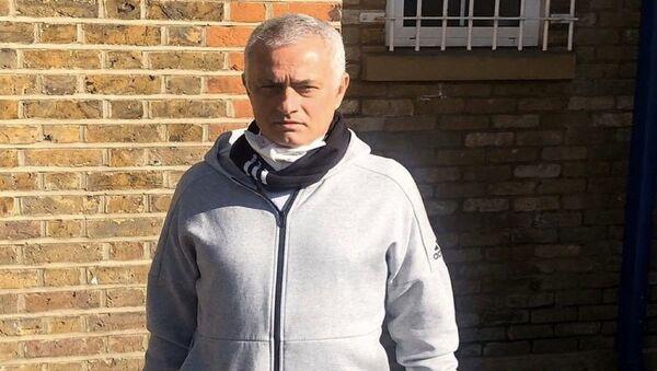 Tottenham Teknik Direktörü Jose Mourinho yaşlılara yardım dağıtırken - Sputnik Türkiye