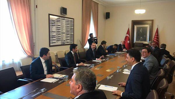 AK Parti Grup Başkanvekilleri Mehmet Muş ve Cahit Özkan, infaz düzenlemesine ilişkin CHP'nin Meclis Grubu'nu ziyaret etti. - Sputnik Türkiye