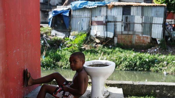 Hijyen ve sağlık hizmeti yoksunluğundan ötürü koronavirüs karşısında savunmasız  favelalardan biri olan Rio de Janeiro'nun Cidade de Deus'unda bir çocuk  - Sputnik Türkiye