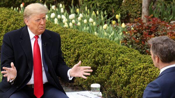 Donald Trump, Beyaz Saray'ın Gül Bahçesi'nde, Fox sunucusu Bill Hemmer'la koronavirüs hakkında konuşurken - Sputnik Türkiye