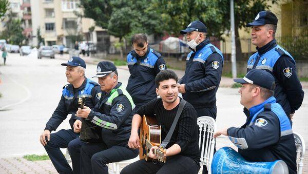 Adana'da zabıta evden çıkamayanlara şarkı söyledi  - Sputnik Türkiye