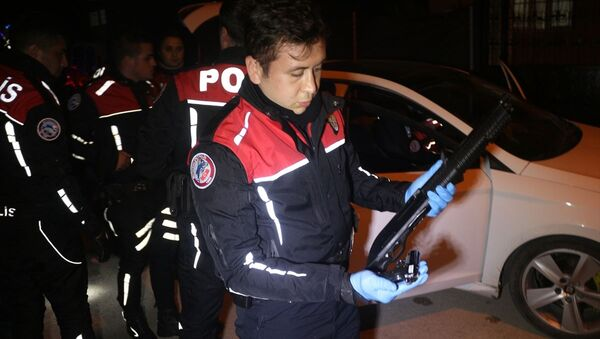 Adana'da otomobilden havaya ateş açtıkları öne sürülen yaşları 18 yaşından küçük 4 kişi kovalamaca sonucu yakalandı. - Sputnik Türkiye