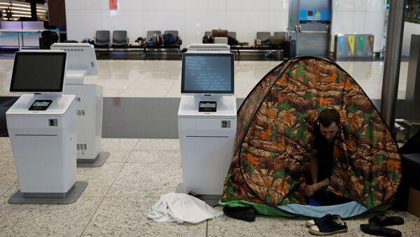 İstanbul Havalimanı'nda salgın nedeniyle mahsur kalan bir Rus turist   - Sputnik Türkiye