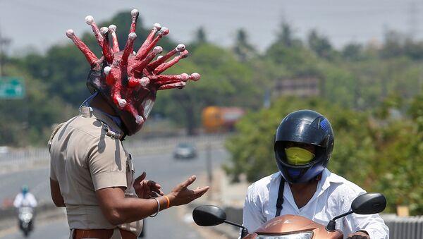 Hindistan'da bir polis, koronavirüs kaskıyla evde kal çağrısı yaptı - Sputnik Türkiye