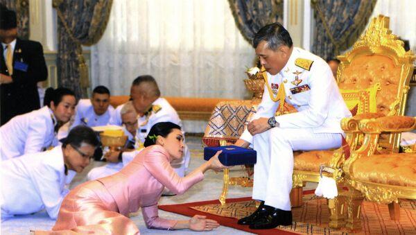 Tayland Kralı Maha Vajiralongkorn, tahta çıkmasının tamamlanmasından üç gün önce, Mayıs 2019'da, yaveri konumundaki Orgeneral Suthida Vajiralongkorn na Ayudhya ile evlenip onu Kraliçe ilan etmişti. - Sputnik Türkiye
