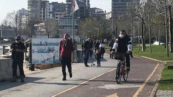 İstanbul'da öğleden sonra güneşin açmasıyla Caddebostan Sahili yine doldu - Sputnik Türkiye