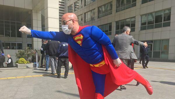 Superman maske ve eldivenlerini takıp İstanbul sokaklarına indi - Sputnik Türkiye