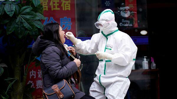 Koronavirüs salgının başlangıç noktası olan Çin'in Hubei vilayetinde bulunan Vuhan kentinde koronavirüs testi - Sputnik Türkiye