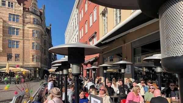 Yeni tip koronavirüs (Kovid-19) nedeniyle karantina uygulanmayan İsveç'te halk, güneşli havanın keyfini çıkarmak için parklara ve restoranlara akın etti. - Sputnik Türkiye
