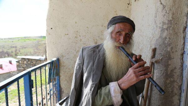 Tunceli'de 83 yaşındaki Hakkı Bozdoğan, koronavirüs salgını nedeniyle evinin balkonuna çıkıp demir borudan yaptığı kavalını çalarak evde kalın mesajı verdi. - Sputnik Türkiye