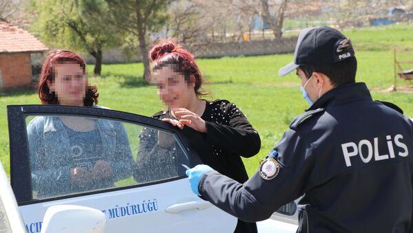 Dışarı çıkıp otostop yapan 20 yaş altındaki gençten polislere: İsterseniz ceza yazın, dedem sağlam - Sputnik Türkiye