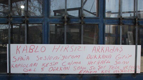 Edirne'nin Keşan ilçesinde sanayi sitesindeki iş yerlerinden 6 kez hırsızlık yapılan esnaf, kapının üzerine Kablo hırsızı arkadaş, dükkana girip kabloları kesip çalma. Her hafta sonu gel, 5 dükkan sana 50'şer lira vereceğiz. yazılı kağıt astı. - Sputnik Türkiye