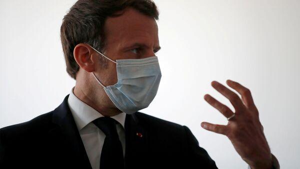 Emmanuel Macron koruyucu maske takmış halde sağlık çalışanlarıyla konuşurken, Pantin, Paris, Fransa - Sputnik Türkiye