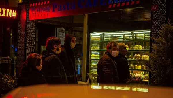 İstanbul Beylerbeyi'nde yeni tip koronavirüs (Kovid-19) salgını ile mücadele kapsamında, saat 24.00 itibarıyla başlayacak sokağa çıkma yasağı öncesi alışveriş yapmak isteyenler uzun kuyruklar oluşturdu. - Sputnik Türkiye