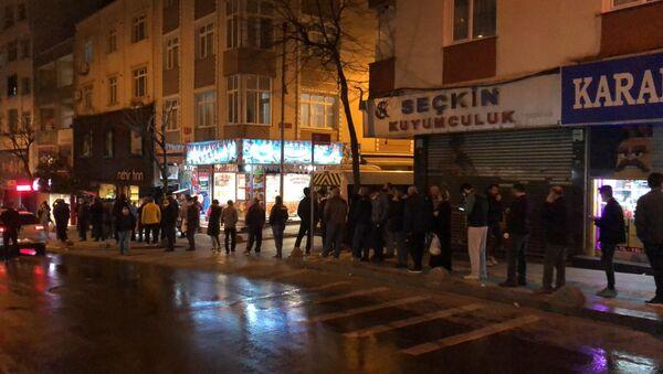 İstanbul-Koronavirüs tedbirleri kapsamında sokağa çıkma yasağı gelmesi ile birlikte, vatandaşlar fırınlara akın etti. - Sputnik Türkiye